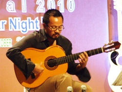 Tana Suiebsiri delighted the audience with his 'Classical meets Flamenco' solo.