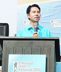 Pattaya Mayor Itthiphol Kunplome offers greetings in English and Thai to open Pattaya Dive Festival 2010.