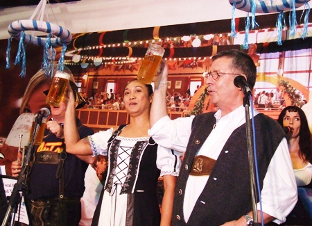 """(From left) Kanpitcha Kongsombat and Kenneth Whitty welcome the guests: """"Prost!"""""""