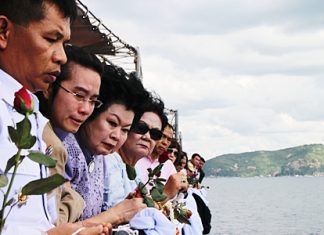 Surat Sundaravej (3rd left) and family say their final goodbyes to former PM Samak Sundaravej whilst scattering his ashes in Sattahip Bay.