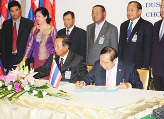 Khmer Defense Minister Gen. Tea Banh (left) and Thai Defense Minister Gen. Prawit Wongsuwan (right) sign cooperative agreements on border-crossing regulations, labor cooperation, joint border patrols, landmine eradication, maritime safety enhancements and trade cooperation.