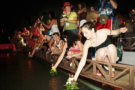 Hundreds of tourists choose Nong Nooch Tropical Gardens to enjoy Loy Krathong.