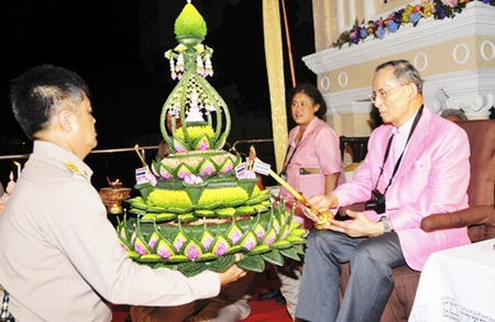 HM King Bhumibol Adulyadej, right, accompanied by HRH Princess Sirindhorn, left, lights candles during the traditional Loy Krathong festival at Siriraj Hospital in Bangkok, Sunday, Nov. 21, 2010.