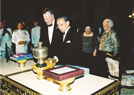 On December 11, 2006, His Majesty the King hosted a dinner reception at the Chakri Throne in the Royal Palace for visiting former US president, Gorge Bush and his wife, on the occasion of their visit to Thailand as guests of honor representing the US President to pay their respects to HM the King on the 60th anniversary of his ascension to the throne.