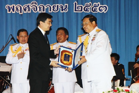 "Prime Minister Abhisit Vejjajiva (left) awards Vice Adm. Sommai Prakansamut (right), director-general of the Naval Education Department and one of the many the PM inducted into the Royal Thai Navy's ""hall of fame"" for service above and beyond the call of duty."