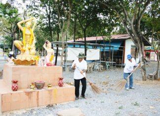 Residents of Sattahip's Moo 6 neighborhood clean up the Yenruedee Dhamma House and neighboring area.