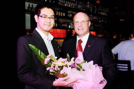 David Cumming (right), general manager of Amari Orchid Pattaya welcomes Bangkok celebrity Kittithep Thephussadin Na Ayuthaya (left), who was in town and dined at the elegant and sophisticated Mantra Restaurant & Bar.