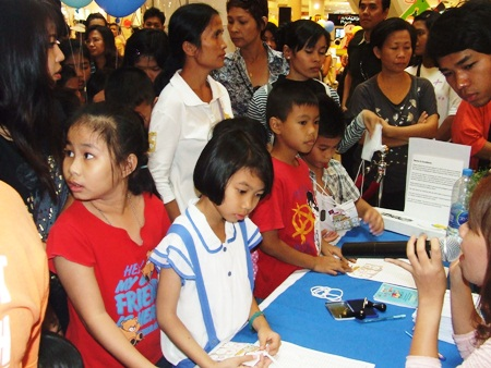 Children line up for free gifts at Central Festival Center.