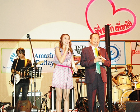 Master Sanya Mangkorn and Wasana Chobchuen of City Life FM kept the party and the auctions lively and fun.