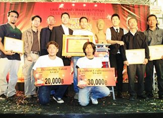 Somporn Naksuetrong, GM of Ripley's World of Entertainment in Pattaya, Mayor Itthiphol Kunplome, TAT Pattaya Office director Niti Kongkrut and Woody Milintajinda distribute awards to the winners.