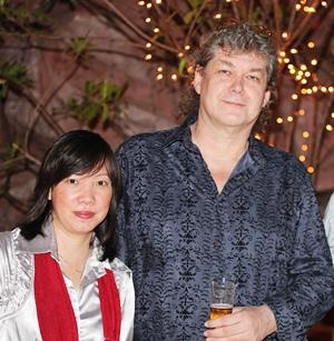 Hucky Eichelmann and his lovely wife Manatsanan Viengpetthong.