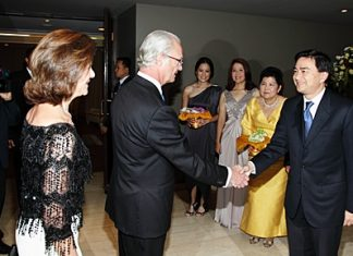 Prime Minister Abhisit Vejjajiva greets Their Majesties King Carl XVI Gustav of Sweden and Queen Silvia on their arrival.