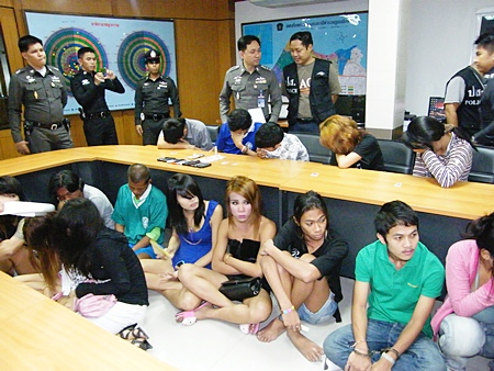The 17 suspected drug dealers and users are detained at Pattaya Police Station.