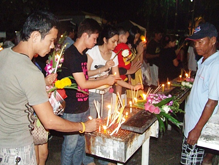 Pattaya residents came out en-masse to light candles in celebration of Makha Bucha Day.