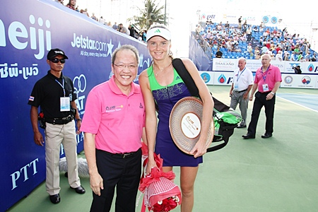 Daniela Hantuchova, right, poses with Dusit Thani Pattaya General Manager Chatchawal Supachayanont following her straight sets win over Sara Errani of Italy.