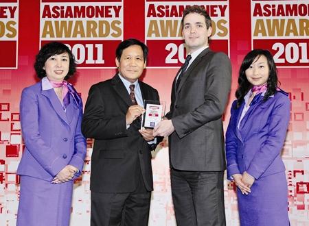 Piyasvasti Amranand (left), THAI president, receives his award from Richard Morrow, editor of Asiamoney.