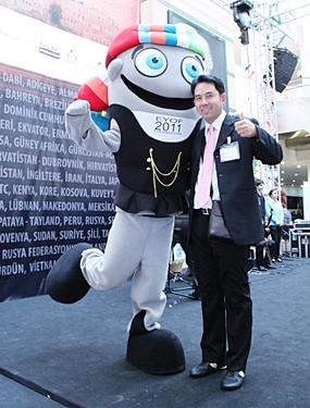 Mayor Itthiphol Kunplome says hi to the EMITT Mascot in Turkey.