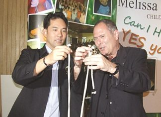 Howard Posener (Master Magician) plays tricks on Mayor Itthiphol Kunplome.