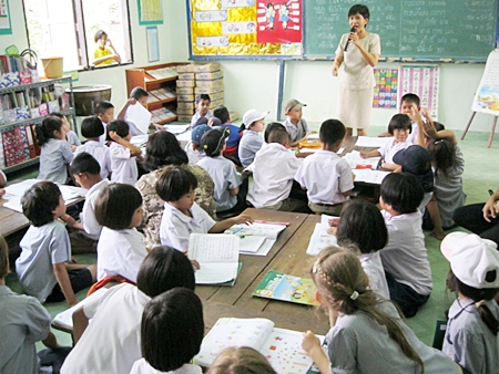 St Andrews students experience life in a Thai School classroom.
