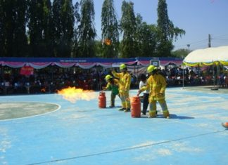 Firefighters teach students how to properly use a fire extinguisher.