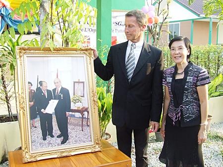 Didier Moly shows a picture of Baron Riccardo Carini to Radchada Chomjinda.