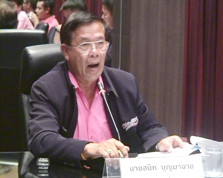 Pattaya City Council President Sanit Boonmachai talks to city inspectors about the city's beachchair problem.