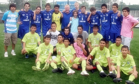 The winning Regents School team pose for a photo with beaten finalists Pattaya Orphanage.