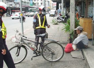 Volunteer police seize the knife and bicycle, and detained this woman.