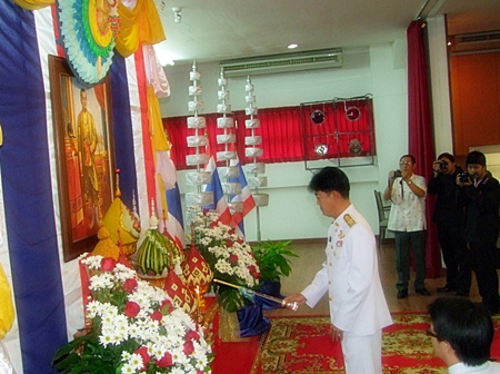 Gov. Senee marks Chakri Day 2011 by lighting candles and incense and making offerings of flowers in front of King Buddha Yodfa Chulalok's image.
