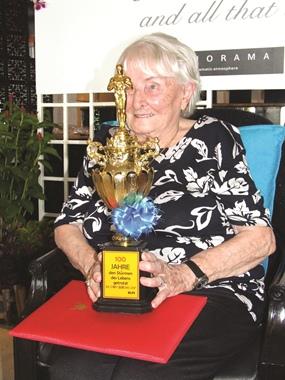 Herta with her lifetime achievement award, the Oscar.