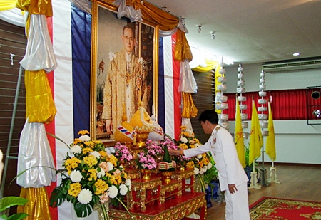 Chonburi Gov. Wichit Chatpaisit leads hundreds of residents, community leaders and other dignitaries at the Sala Chalermphrakiart Hall in marking the 61st anniversary of the Coronation of His Majesty King Bhumibol Adulyadej the Great.