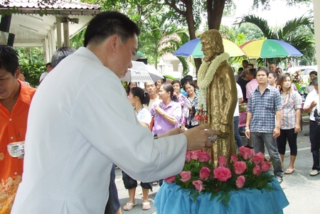 Rev. Francis Xavier Kritsada Sukkaphat sanctifies the statue of St. Nikolas.