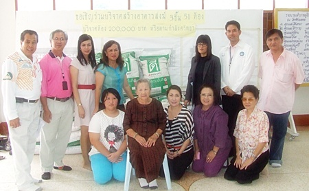 Mayor Itthiphol Kunplome (back row, 2nd right) receives donations from the Lions and the Pattaya Cultural Council at Chaimongkol Temple.