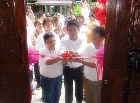 Akarwit Thepasit, Pianwit Jarusathit and Pipat Supakiwattana cut the ribbon to officially open the Luang Poo Tim museum.