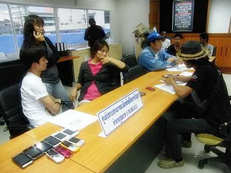 Chatchai Yaikrathok (seated, left) and Amporn Kongkaew (seated, 2nd left) were caught up in the latest police raid on Tukcom Pattaya.