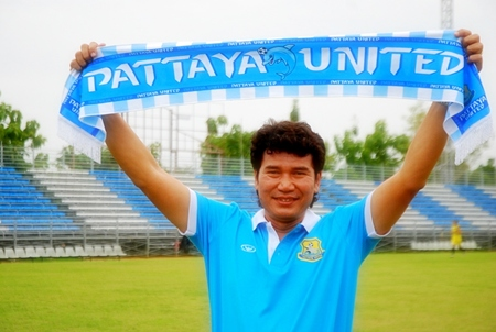 Chalermwut Sangapol a.k.a. 'Coach Nui' holds a club scarf as he is introduced to the Pattaya United fans and media at a press conference held June 22 at the Nongprue district sport field.
