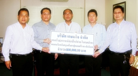 From left: Chaiyuth Utarakam, GM of Kameo House, Sathawuth Sermprasert GM Cape Racha Hotel, Mayor Chatchai Timkrajang, Sompong Sophonwongsakorn, GM of Kantary Bay Hotel, and Sethapong Watthanakul GM of Karavel House, hold the cheque for 100,000 baht as they pose for a group photo.