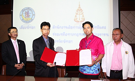 Pakorn Sukohnchat (High Court Prosecutor) and Sirichai Sutheeweerakachon (Expert Prosecutor for the Provincial Attorney's Office in Region 2, Acting on behalf of the Pattaya Attorney) attend the signing ceremony with Pattaya City Mayor Itthipol Kunplome and Sunthorn Rattanawaraha (Pattaya City Manager)