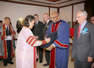"HRH Princess Chakri Sirindhorn receives a gift from Prof. Dr. L.D. Britt, a member of the American delegation who attended the joint 36th Annual Scientific Meeting between the Royal College of Surgeons of Thailand (RCST) and the American College of Surgeons (ACS), July 14-17, at the Ambassador City Jomtien Hotel in Pattaya. The theme of the seminar was ""International Collaboration in Surgery."""