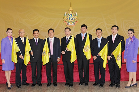 Ampon Kittiampon (center), THAI Chairman of the Board of Directors; Piyasvasti Amranand (4th left), THAI President; Kaweepan Raungpaka (4th right), THAI Executive Vice President for Finance & Accounting; Montree Jumrieng (3rd left), THAI Executive Vice President for Technical; Chokchai Panyayong (3rd right), THAI Executive Vice President for Strategy and Business Development, Sathok Varasarin (2nd left), THAI Executive Vice President for Human Resources; Niruj Maneepan (2nd right), THAI Executive Vice President, Corporate Secretariat, with the attendance of Management and staff.