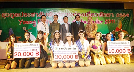 Winners and the judges (standing left to right) Somsakul Ponlachan, HR Director of Hard Rock Hotel; Suchart Saeto, Pattaya City Finance Department head; Narong Cummanee, Principal of Tikalang Cultural School; Tony Malhotra, Asst MD of Pattaya Mail and Yosathorn Nongkhunoi of the Sanctuary of Truth.