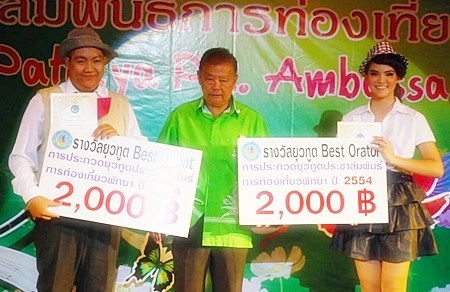 Pisai Panomwan Na Ayudthaya from Pattaya City Council presents the Best Talent award to Tanakorn Suntornnon (left) and Best Orator award to Annchalee Wildgatsch (right).