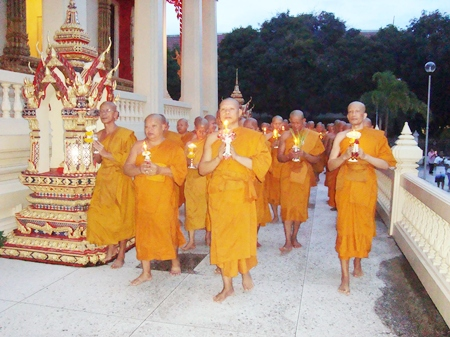 Monks lead a candlelight Wien Thien ceremony in Sattahip.