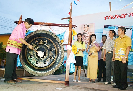 District Chief Chaichan Iamcharoen clangs the gong to open the Sattahip Cultural Road.