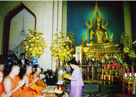 (1 November 2010) Her Majesty the Queen representing His Majesty the King, presenting the Annual Kathin Robes to the congregation of monks at Wat Banjamabophit, Dusit District, Bangkok.