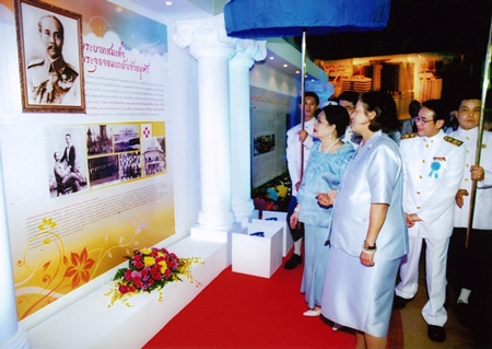 (9 December 2010) Her Majesty the Queen observing an exhibition and the progress of Bhumisiri Mangkhalanusorn Building's construction at Chulalongkorn Hospital, the Thai Red Cross Society, Bangkok.