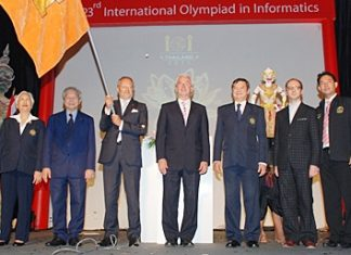 Presentation of the IOI Flag by president of IOI, Arturo Cepeda to Dr. Giuseppe Colosio, chairman of the IOI Italy Committee.