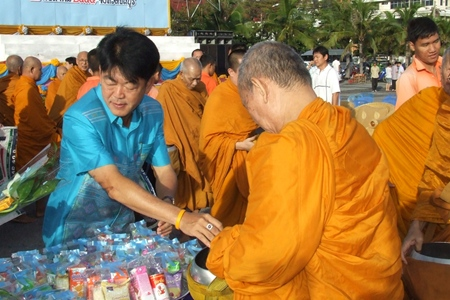 Chonburi Governor Wichit Chatpaisit leads people in Chonburi in making merit by offering dry food to 80 monks.