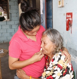 A kind-hearted citizen comforts La-ong Aramsuwan until help arrives.