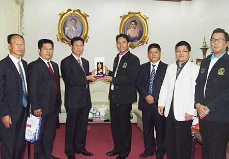 Zhang Qiang (3rd left), Chairman of the Returned Overseas Chinese Federation of Fujin Province, China and his team paid a visit to Mayor Itthiphol Kunplome (4th right) at Pattaya City Hall recently, where they discussed the possibility of cooperation in matters of tourism and culture between their respective destinations.